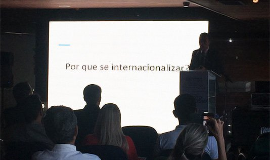 Felipe Diniz informando sobre a importância da internacionalização de uma empresa